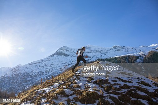 Trail runner limites up Montanha NevadasComment declive : Foto de stock