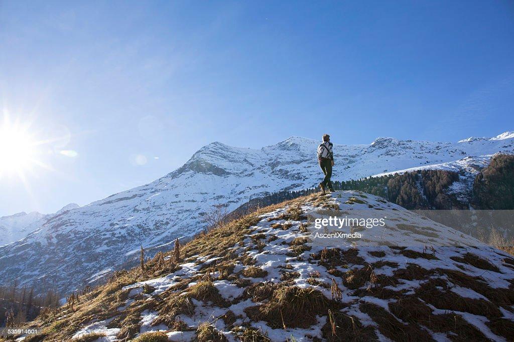 Sendero para caminatas a cresta runner de pendiente a las montañas : Foto de stock