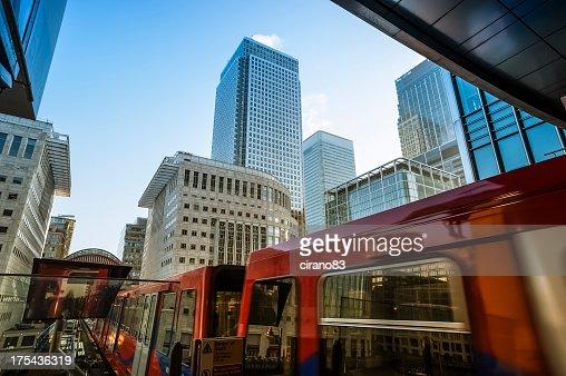 Zug in die U-Bahn-Haltestelle Canary Wharf, London