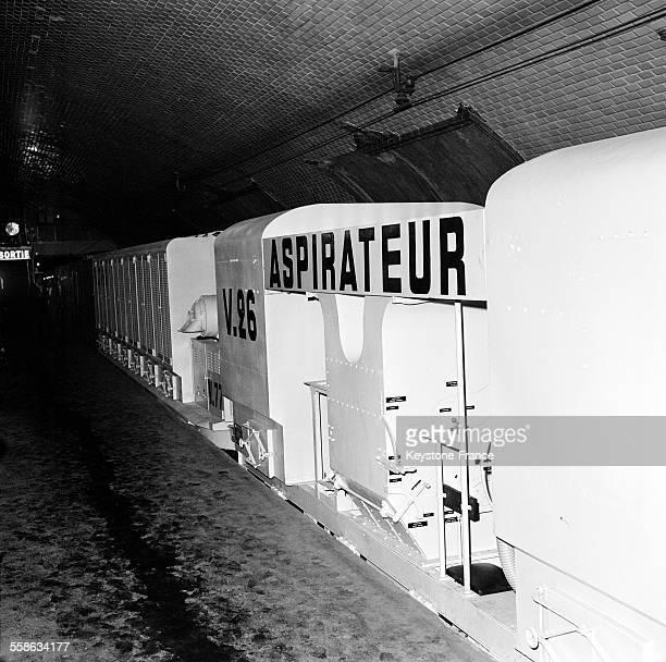 Trainaspirateur destiné à assurer le nettoyage des voies des tunnels du Métro à Paris France le 27 septembre 1965