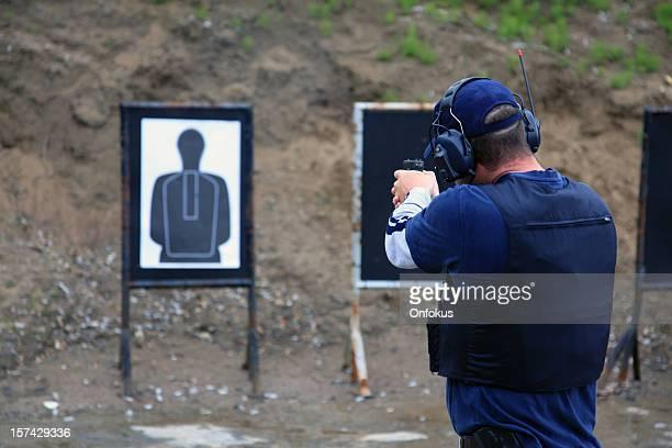 Ein ausgebildeter Mann shooting 9 mm-Pistole in einer ausgerichteten range