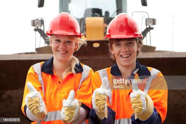 Auszubildender Lächeln. Road Bauarbeiten und Industrie.