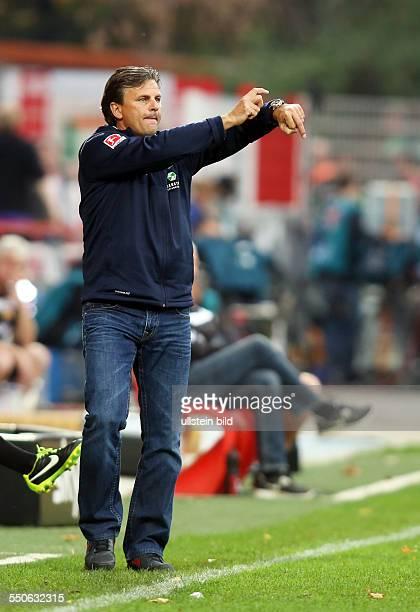 Trainer Falko Goetz Götz Einzelbild Aktion Gestik auf Uhr zeigend FC Union Berlin FC Erzgebirge Aue Sport Fußball Fussball Stadion Alte Foersterei...