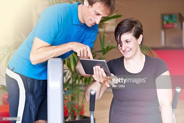 Trainer, montrant quelque chose sur une tablette PC