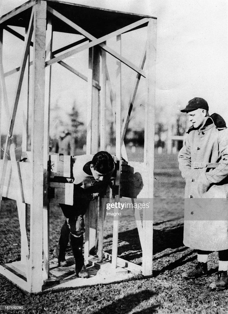 A trainer machine for strengthening the shoulders of rugby players. Right: The coach of the New York Rugby team NOTRE DAME Hunk Andersen. 1932. Photograph. (Photo by Imagno/Getty Images) Ein Trainingsgerät zur Stärkung der Schultern von Rugby-Spielern. Rechts: Der Trainer der New Yorker Rugbymannschaft NOTRE DAME Hunk Andersen. 1932. Photographie.