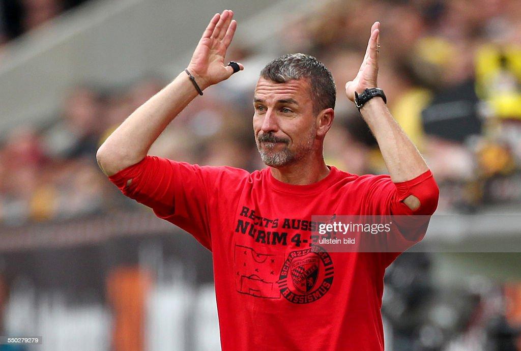 Trainer Marco Kurz gestikulierend zeigend Aktion Oberkoerper Oberkörper Sport Fußball Fussball zweite 2 Bundesliga Herren Saison 2013 SG Dynamo...