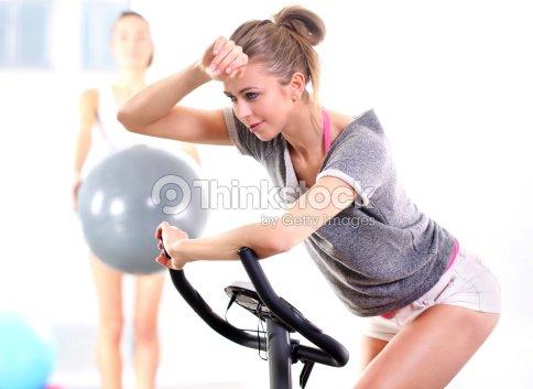 Capacitación sobre el entrenamiento en bicicleta con entrenador : Foto de stock