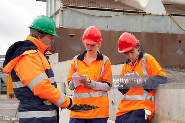 Formation pour être un Ouvrier du bâtiment. Apprenti faire des notes.