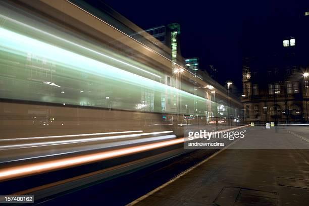Eléctrico à noite, movimento turva-Ver lightbox por baixo para mais informações.
