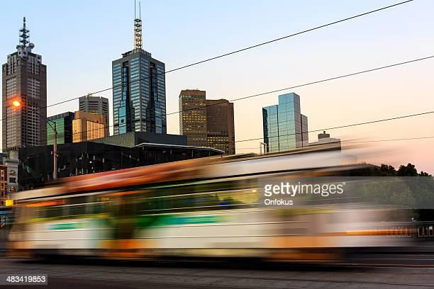 Straßenbahn in Bewegung bei Sonnenuntergang, die Stadt Melbourne, Australien