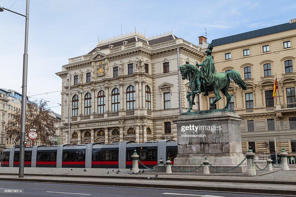Straßenbahnen und Gebäuden entlang Scwarzenberglatz in Wien : Stock-Foto