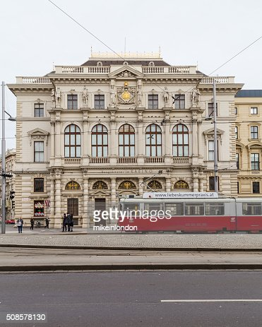 Trams and Buildings along Scwarzenberglatz in Vienna : Stockfoto