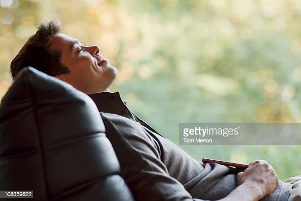 Homme en fauteuil de repos paisibles