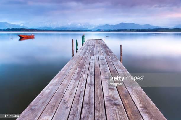 Ruhige Szene mit einem Boot am See lake inawashiro