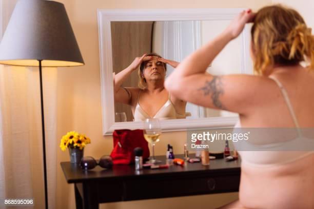 Transgenres personne placarder fais devant le miroir
