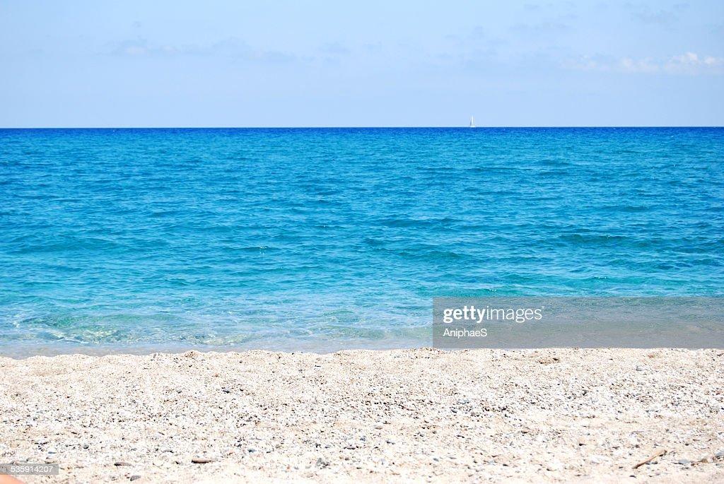 Transparente onda azul profundo do mar e shore : Foto de stock