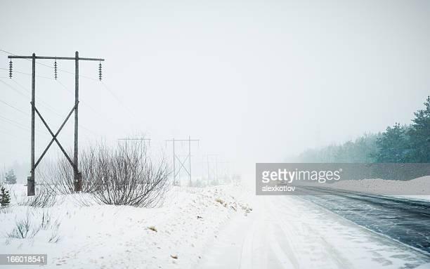 Verkehr am highway während der Schneesturm