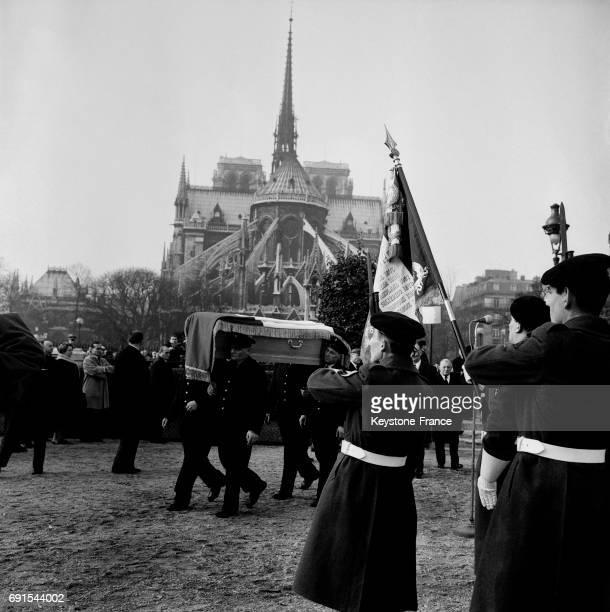 Transport des cendres de Jean Moulin du cimetière du Père Lachaise à la crypte des martyrs de la réisiatnce à Paris France le 18 décembre 1964 Les...