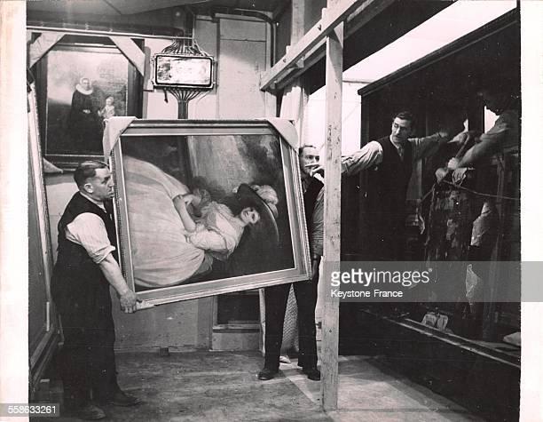 Transport du tableau de George Romney 'Portrait d'une femme' pour le studio de restauration dans l'entrepôt souterrain creusé à même la montagne au...