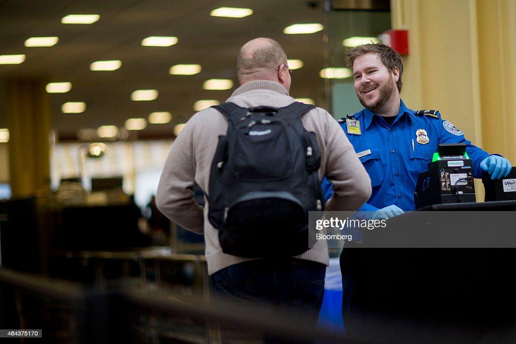 tsa officers work as homeland security shutdown nears amid
