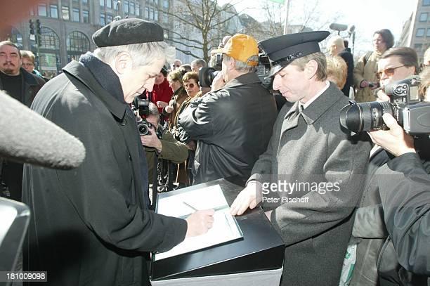 Trauerfeier von Horst Buchholz Berlin Deutschland Europa Ilja Richter beim Eintrag ins Kodolenzbuch KaiserWilhelmGedächtnisKirche