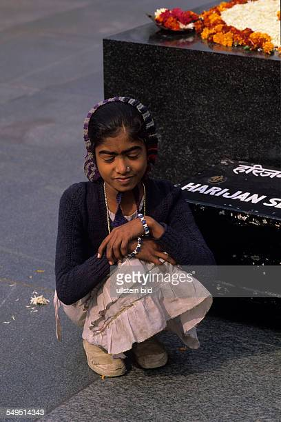 trauerndes nachdenkliches Dalit Mdchen in der Hocke an der Verbrennungssttte von Mahatma Gandhi New Delhi Indien