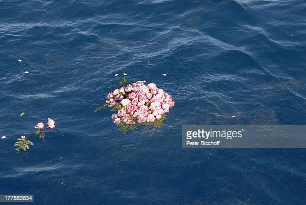 TrauerStrauß zur Seebestattung der Asche von Ivan Rebroff Urne Segelschiff 'Agno' Ägäisches Meer Ägäis 39ÈN 04201/023 E 42629 vor Insel Skopelos...
