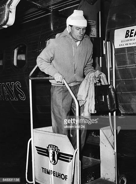 Trautmann Bernhard Carl 'Bert' *Fußballspieler DTorwart bei 'Manchester City' Ankunft in Berlin auf dem Flughafen TempelhofTrautmann traegt nach...