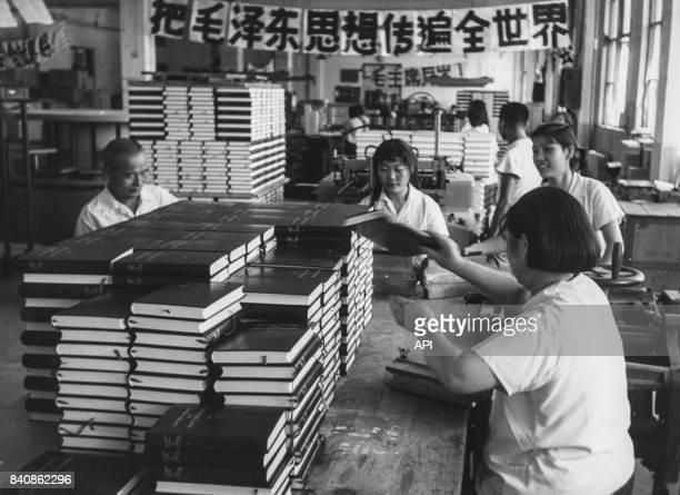 Travailleurs de la maison d'édition de Pékin reliant des copies 'Oeuvres choisies de Mao' en langue étrangère le 29 décembre 1967 Chine