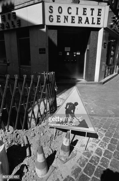 Travaux devant une agence bancaire de la Société Générale le 29 août 1976 en France