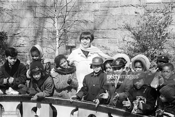 Travel Of Mireille Mathieu In Harlem / In New York EtatsUnis New York dans le quartier de Harlem 8 mars 1966 la chanteuse française Mireille MATHIEU...