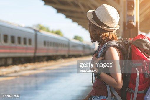 Viajar A Tailandia Joven Esperando Un Tren Para Su Viaje Foto De