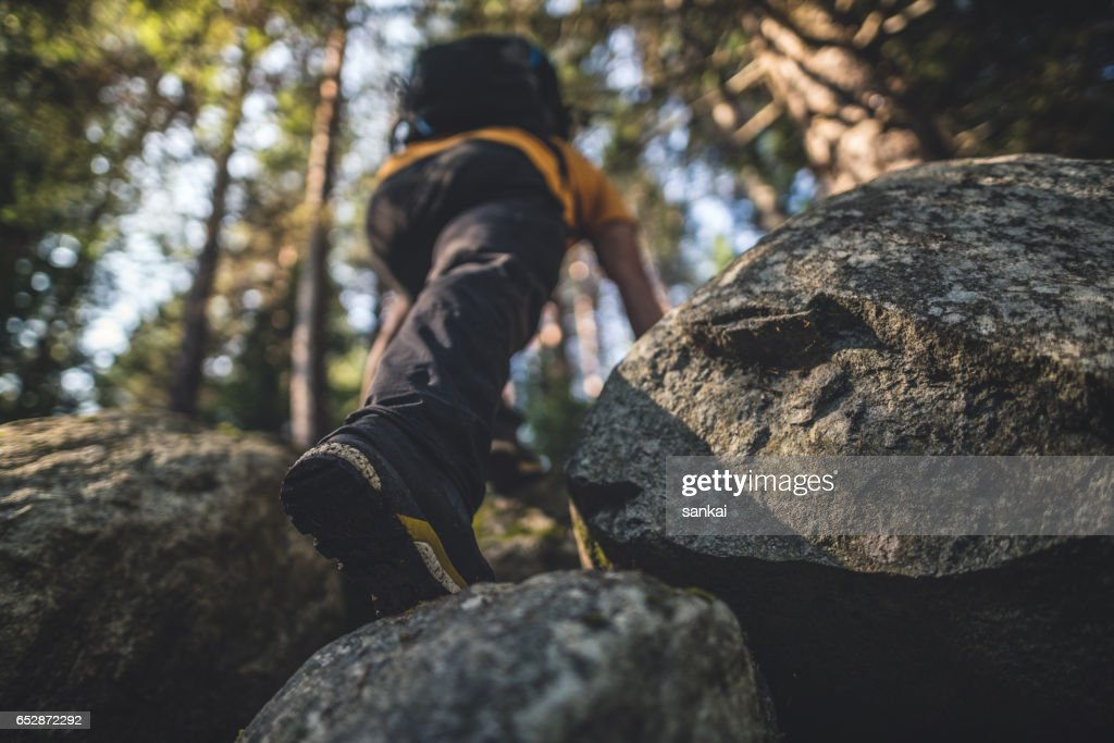 Traveler climbs to the top : Foto stock