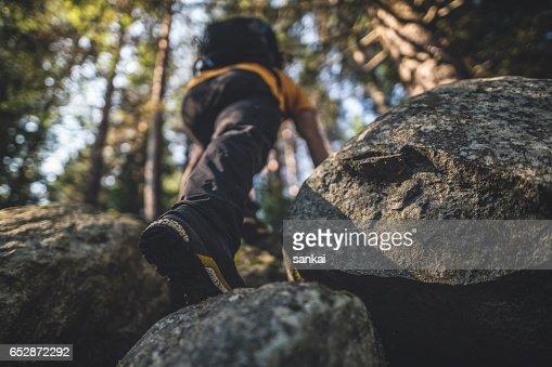 Reiziger klimt naar de top : Stockfoto