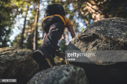Traveler climbs to the top : Foto stock