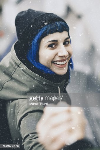 Traveler man follows a woman under the snow : Stockfoto