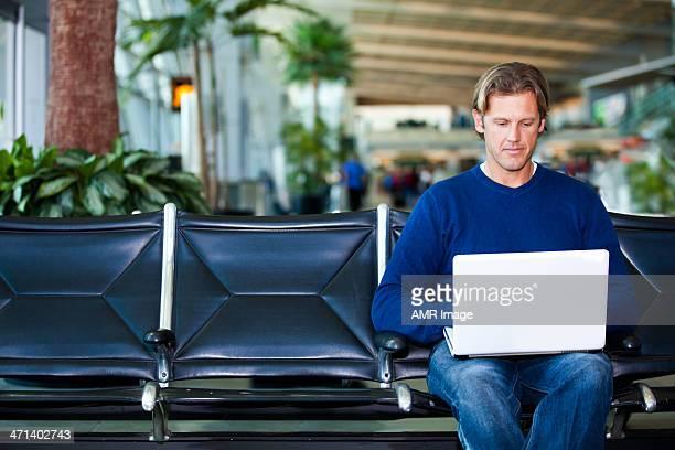 Voyageur attente dans le terminal de l'aéroport.