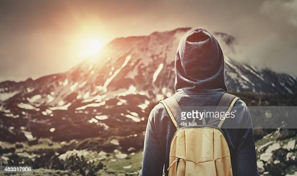 Marche avec sac à dos voyage dans les montagnes au coucher du soleil