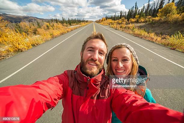 Les voyageurs en prenant une autophoto portrait sur l'autoroute highway road
