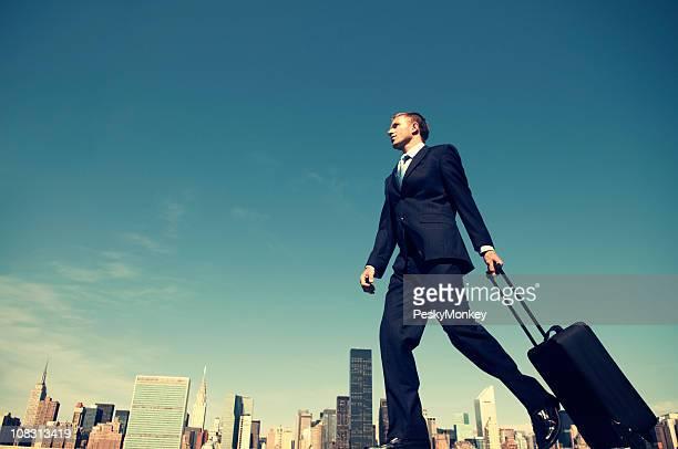 Homme d'affaires à Wheeling valise de voyage sur les toits de la ville