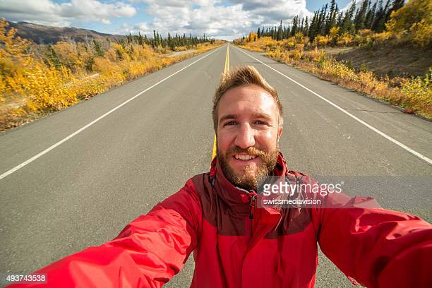 Reisen Mann nimmt Selfies auf leere road