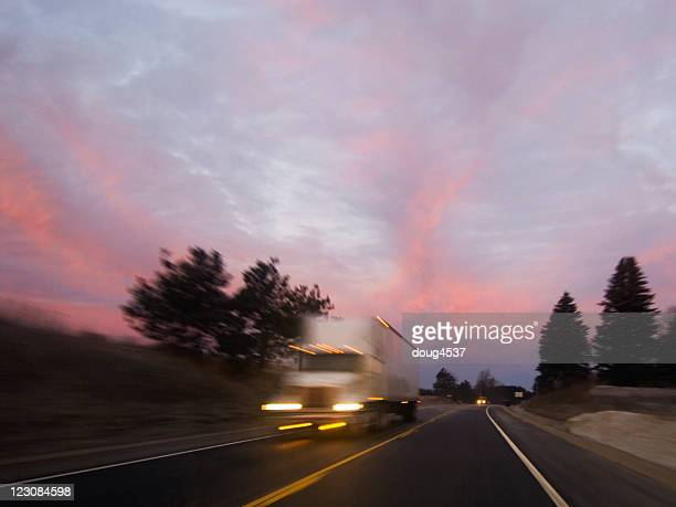 Reisen Truck bei Sonnenaufgang