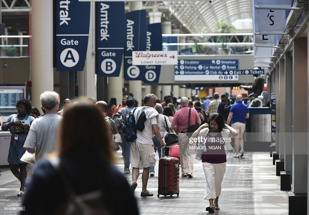 Travellers are seen inside of Union Station on July 1, 2016, ahead of the Independence Day holiday weekend, in Washington, DC. / AFP / Mandel Ngan
