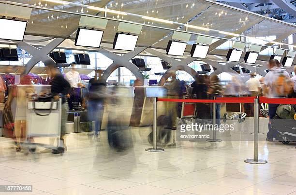Reisende queing zum check-in am Internationalen Flughafen entfernt.