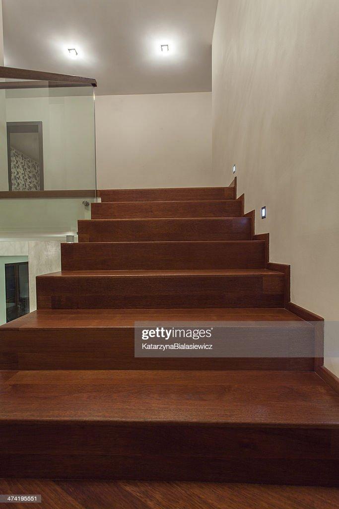 casa de lujo con baldosas de travertino las escaleras foto de stock
