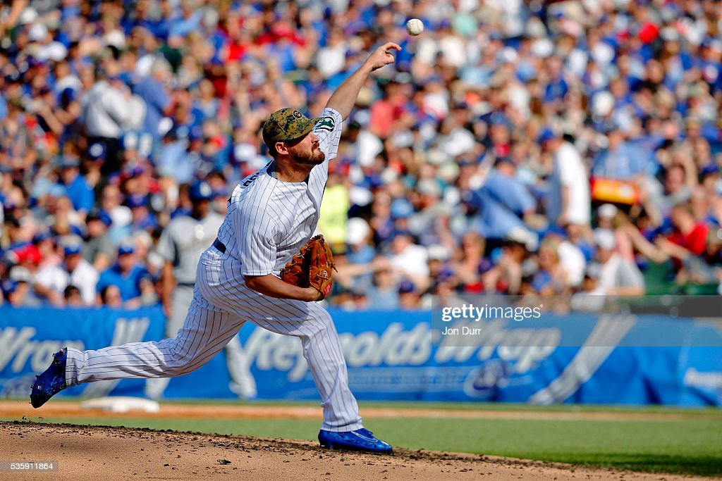 Travis Wood #37 of the Chicago Cubs pitches against the Los Angeles Dodgers during the third inning at Wrigley Field on May 30, 2016 in Chicago, Illinois.