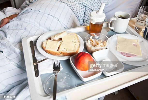 Bandeja con alimentos en el hospital