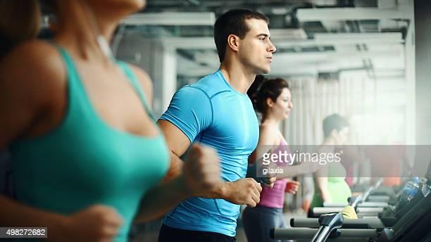 Laufband-Training in einem Fitness-Studio.