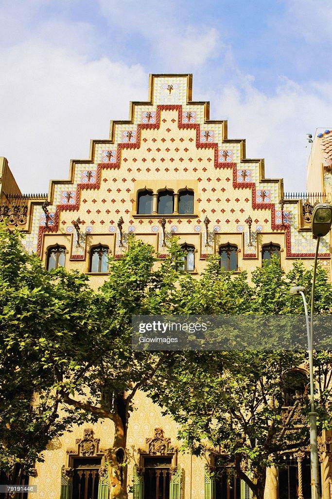 Trees in front of a building, Casa Amatller, Barcelona, Spain : Foto de stock