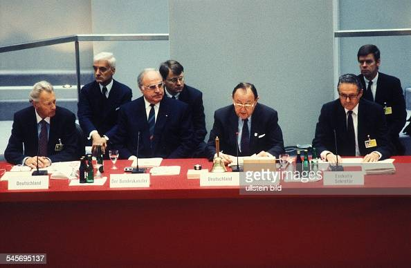 Treffen von 34 Aussenministern im Rahmen der 18 Tagung der KSZE in Berlin Bundeskanzler Helmut Kohl und Aussenminister HansDietrich Genscherim...